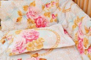 lenjerie cu bujori pe roz prafuit detaliu