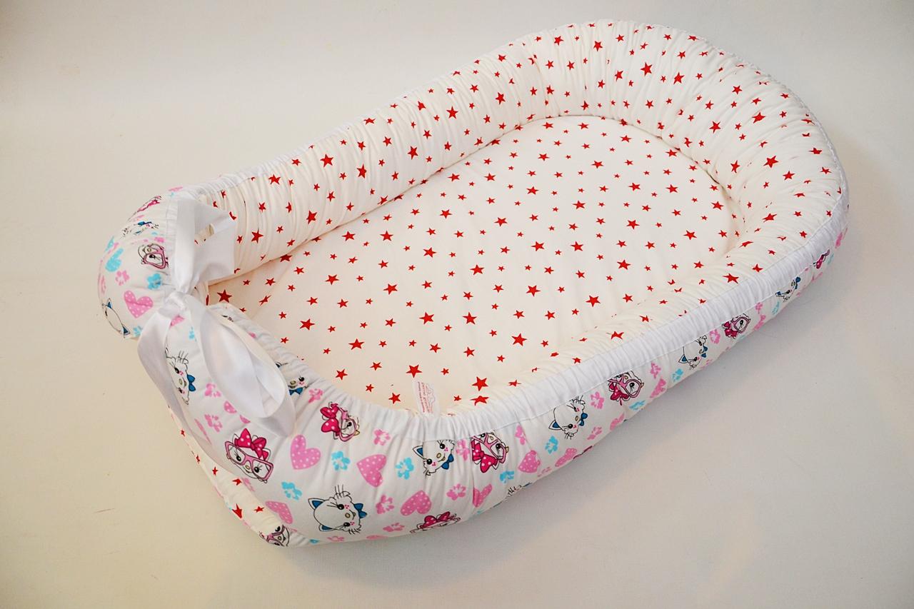 baby-nest-0-6-luni-pisici-stele-rosii-pe-alb-2